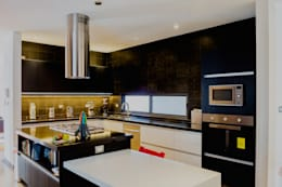 COCINA: Cocinas equipadas de estilo  por GRUPO VOLTA