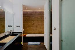 BAÑO PRINCIPAL: Baños de estilo  por GRUPO VOLTA