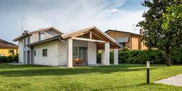 Portico e capriata: Casa di legno in stile  di Woodbau Srl
