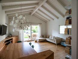 Legno naturale e laccato: Soggiorno in stile in stile Moderno di Woodbau Srl