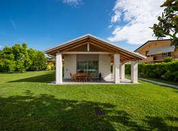 Un luogo di relax: Villa in stile  di Woodbau Srl