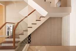 狹長街屋大改造:  樓梯 by 層層室內裝修設計有限公司