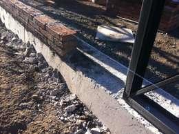Vista de instalación de muros de albañilería ladrillo artesanal: Paredes de estilo  por MAC SPA
