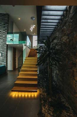 CASA HERRADURA: Escaleras de estilo  por Zona Arquitectura Más Ingeniería