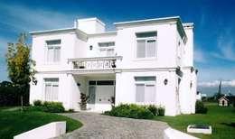 Casa clásica en Abril Club de Campo: Casas unifamiliares de estilo  por Estudio Dillon Terzaghi Arquitectura