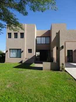 Casa estilo minimalista en Santa Teresa, Tigre: Casas unifamiliares de estilo  por Estudio Dillon Terzaghi Arquitectura
