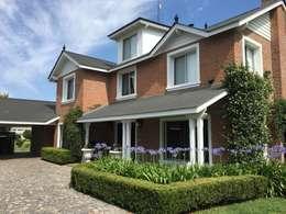 Casa clásica de ladrillo rasado en Haras San Pablo C.C.: Casas unifamiliares de estilo  por Estudio Dillon Terzaghi Arquitectura