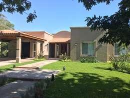 Casa estilo campo en Haras San Pablo C.C.: Casas de estilo rural por Estudio Dillon Terzaghi Arquitectura