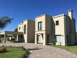 Casa Clásica con detalles estilo francés en Haras San Pablo C.C.: Casas unifamiliares de estilo  por Estudio Dillon Terzaghi Arquitectura