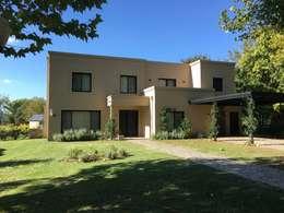 Casa clásica moderna en Haras San Pablo C.C.: Casas unifamiliares de estilo  por Estudio Dillon Terzaghi Arquitectura