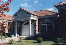 Casa clásica en ladrillo en Mayling C.C.: Casas unifamiliares de estilo  por Estudio Dillon Terzaghi Arquitectura