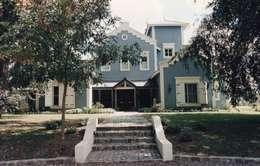 Casa tipo campo en Martindale C.C:: Casas unifamiliares de estilo  por Estudio Dillon Terzaghi Arquitectura
