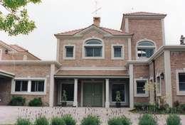 Casa clásica en ladrillo rasado en Mayling C.C.: Casas unifamiliares de estilo  por Estudio Dillon Terzaghi Arquitectura