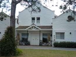 Casa clásica en Mayling C.C.: Casas unifamiliares de estilo  por Estudio Dillon Terzaghi Arquitectura
