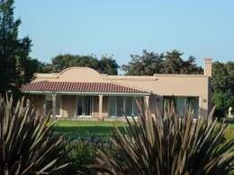 Casa de campo colonial en Haras San Pablo C.C.: Casas unifamiliares de estilo  por Estudio Dillon Terzaghi Arquitectura