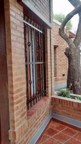 CASA CELMIRA, Santiago del Estero.: Ventanas de estilo  por A3 arquitectas