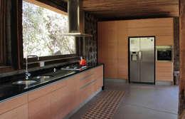 Casa Caleu II, Quincho: Cocinas equipadas de estilo  por Crescente Böhme Arquitectos