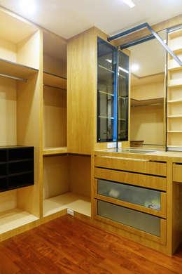 安平區自定義豪宅:  更衣室 by houseda