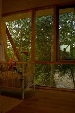 Casa Los Olmos: Dormitorios infantiles de estilo moderno por PhilippeGameArquitectos