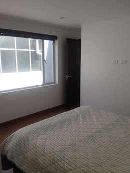 Dormitorio con ventana: Habitaciones de estilo moderno por Erick Becerra Arquitecto