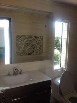 Lavabo moderno con decorado de azulejo: Baños de estilo moderno por Erick Becerra Arquitecto