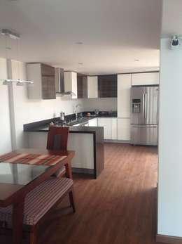 Casa beige de dos pisos: Cocinas de estilo moderno por Erick Becerra Arquitecto