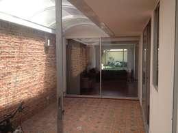 Casa beige de dos pisos: Pasillos y vestíbulos de estilo  por Erick Becerra Arquitecto
