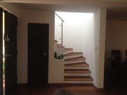 Casa beige de dos pisos: Escaleras de estilo  por Erick Becerra Arquitecto