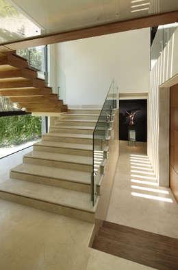 Escaleras: Escaleras de estilo  por Lazza Arquitectos