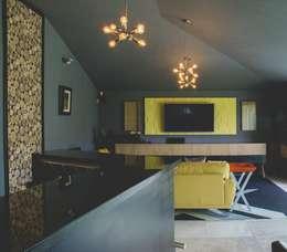 Remodelación de bar: Electrónica de estilo  por Mono Studio