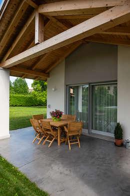 Patio esterno: Casa di legno in stile  di Woodbau Srl