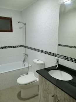 Baño segundo piso: Baños de estilo mediterraneo por MSGARQ