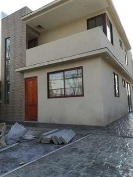 Desde el exterior: Casas unifamiliares de estilo  por MSGARQ