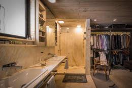 Baño con vestidor: Vestidores y closets de estilo industrial por Paola Calzada Arquitectos