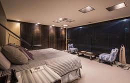 Dormitorio principal: Recámaras de estilo ecléctico por Paola Calzada Arquitectos