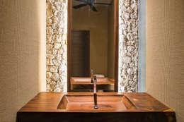 CASA 261: Baños de estilo  por Chehade Carter Diseño Interior