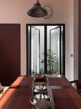 Yasmin House Renovation:  Teras by SAE Studio (PT. Shiva Ardhyanesha Estetika)