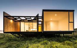 Fachada Oriente (nocturna): Casas de estilo moderno por mutarestudio Arquitectura