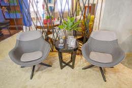 Poltrona Cinza Pied de Poule: Sala de estar  por Sgabello Interiores