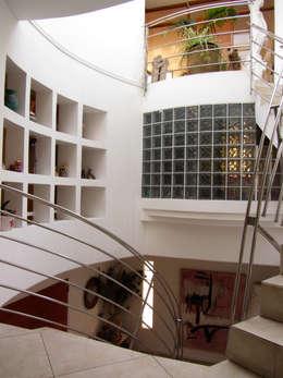 Espacios trasparentes y privados:  de estilo  por  Arquitectos Roman&Toledo