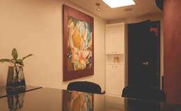 Consultorio: Clínicas / Consultorios Médicos de estilo  por Mono Studio