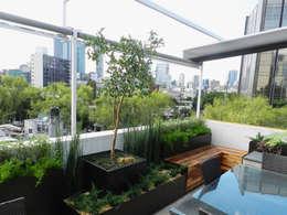 Terraza SC - La perfecta extensión de un apartamento moderno: Terrazas de estilo  por Paisaje Radical