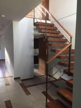 Remodelación y Ampliación Casa La Oración 162: Escaleras de estilo  por Arqsol