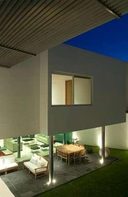 Casa ZR: Casas unifamiliares de estilo  por TaAG Arquitectura