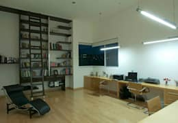 Casa ZR: Estudios y oficinas de estilo moderno por TaAG Arquitectura