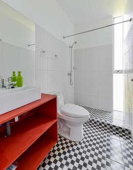 Baño: Baños de estilo moderno por mutarestudio Arquitectura