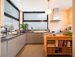 praktische en royale keuken met veel werkruimte: moderne Keuken door Architect2GO