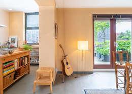 half open verbinding tussen woonkamer en keuken: moderne Eetkamer door Architect2GO