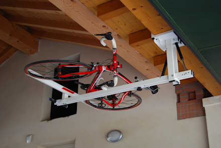 flat-bike-lift.com: Garage/Rimessa in stile in stile Moderno di flat-bike-lift