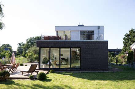 Aussenansicht vom Garten:  Einfamilienhaus von Hellmers P2   Architektur & Projekte